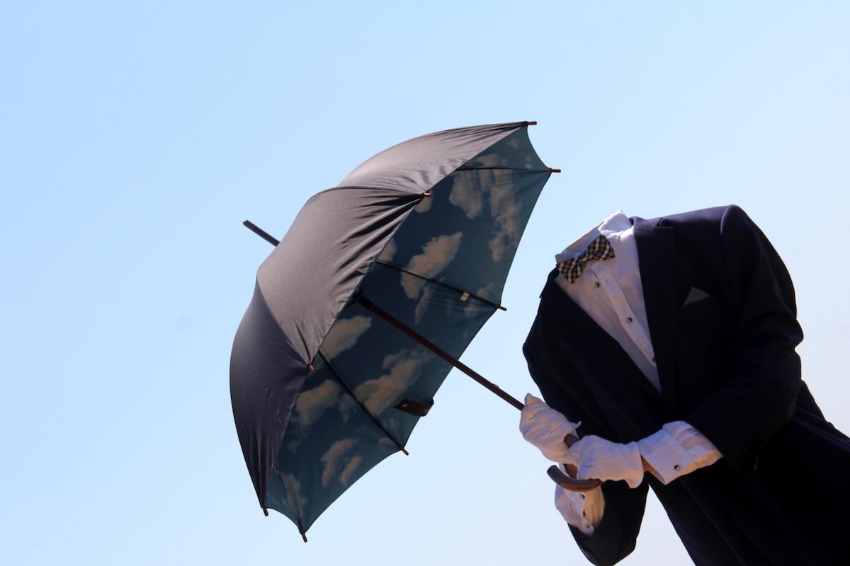 homme sans tête, magritte, sans tête, personnage sans tête, animation déambulatoire, personnage mystérieux, homme invisible